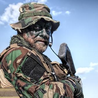 Brodaty żołnierz sił specjalnych na tle błękitnego nieba