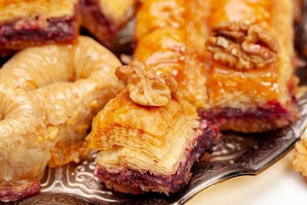 Brogujący turecki baklava deser w półkowym zakończeniu up