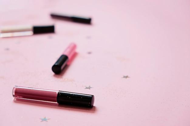 Brokatowy balsam do ust na różowym tle