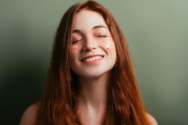Brokatowy makijaż. idealna świeża skóra. kobieta młodości piękna. uśmiechnięta młoda kobieta