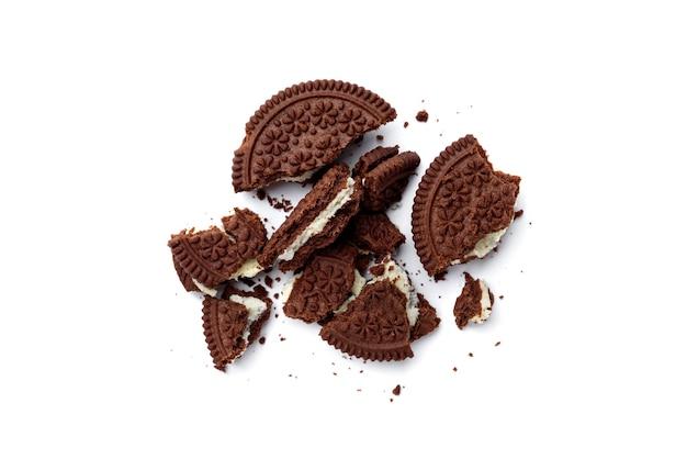 Broken czekoladowe ciasteczka z nadzieniem mlecznym na białym tle. widok z góry.