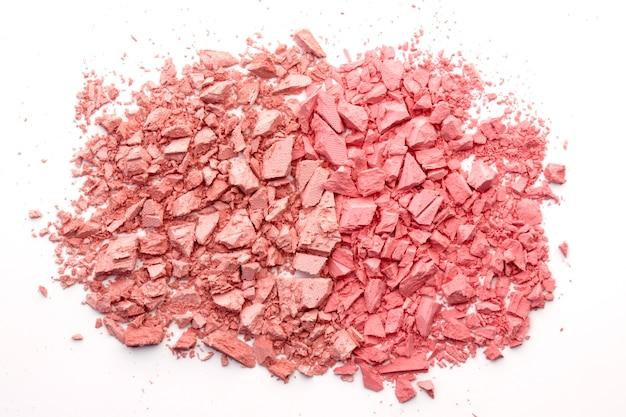 Broken rouge, pouder, cień do powiek na białym. modny koralowy kolor. duotone