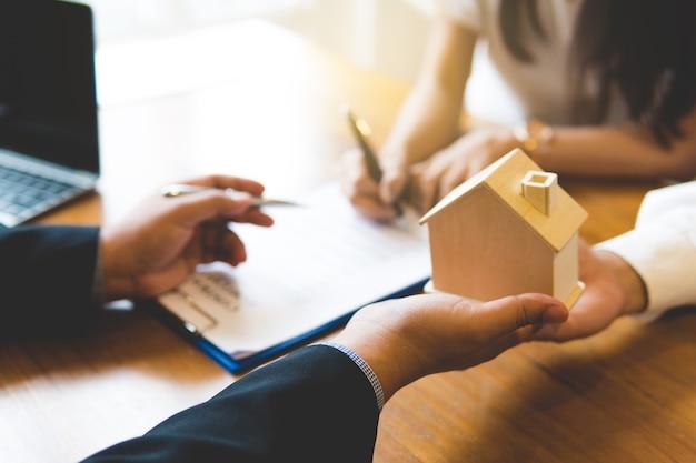 Broker daje klucze do nowego domu i uzgadniania z klientem