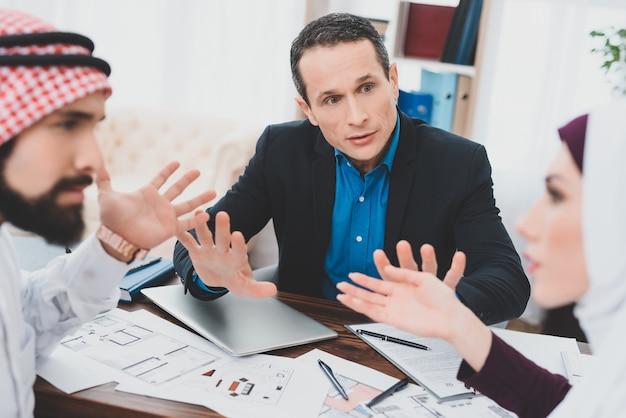 Broker kłótni żony i męża uspokaja klientów.