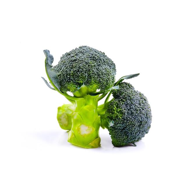 Brokuły na białym tle. zdrowe jedzenie. dieta. zielony.