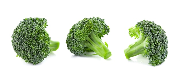 Brokuły na białym tle