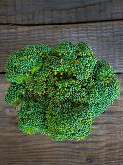 Brokuły na drewnianym tle