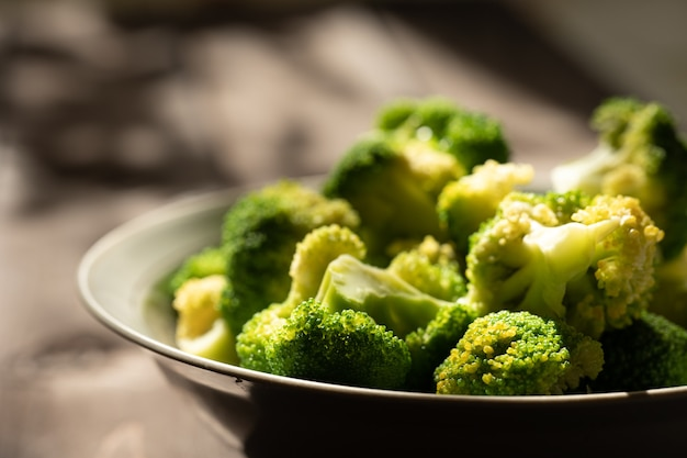 Brokuły na talerzu w promieniach słońca