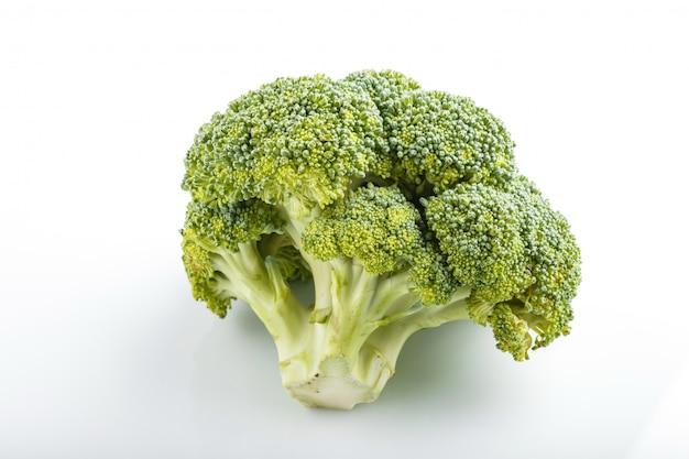Brokuły odizolowywający na białym tle