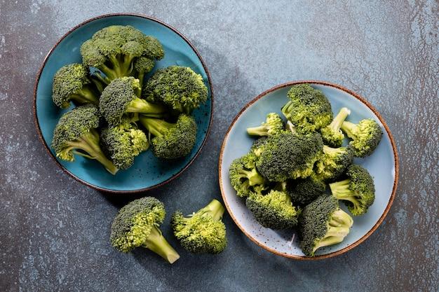 Brokuły. świeże zielone brokuły na kamiennym stole blau. widok z góry. wolne miejsce na kopię.