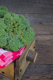 Brokuły w drewnianym pudełku