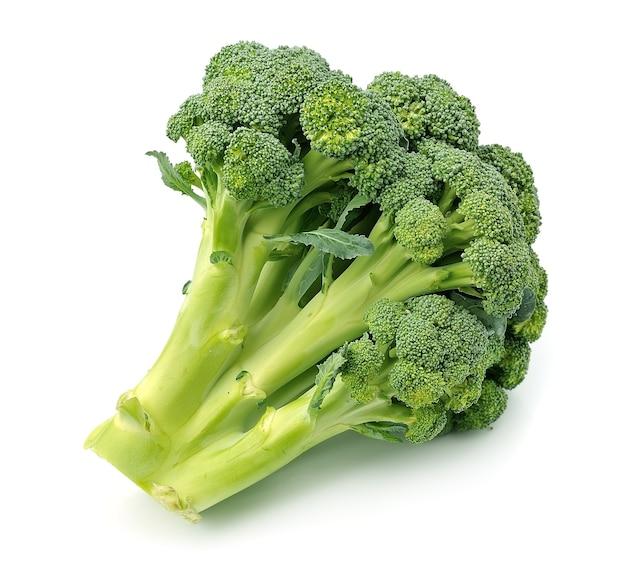 Brokuły z bliska na białym tle