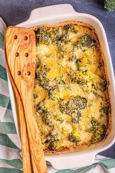 Brokuły zapiekane w naczyniu do pieczenia, widok z góry.