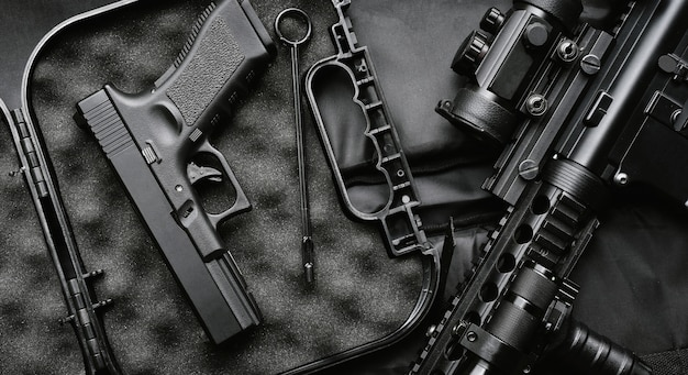 Broń i sprzęt wojskowy dla wojska, karabin szturmowy (m4a1) i pistolet 9 mm na czarnym tle.