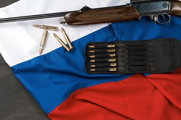 Broń karabinowa na fladze rosji z bliska