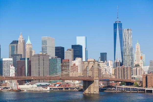 Brooklyn bridge i downtown skyline w nowym jorku