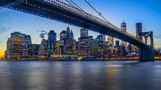 Brooklyn bridge park z zachodem słońca i panoramą nowego jorku