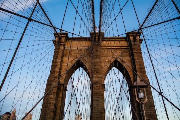 Brooklyn bridge w nowym jorku z błękitnym niebem