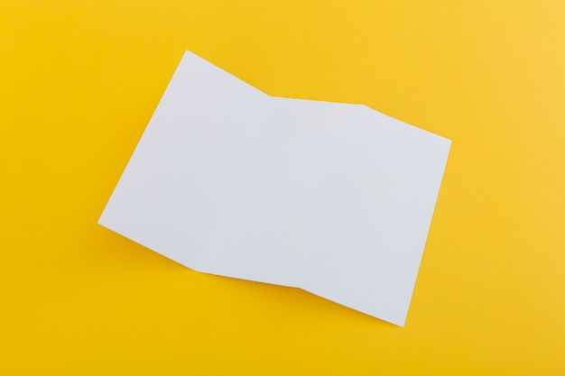 Broszura złożona na biurku