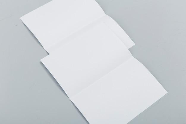 Broszury złożone pod dużym kątem