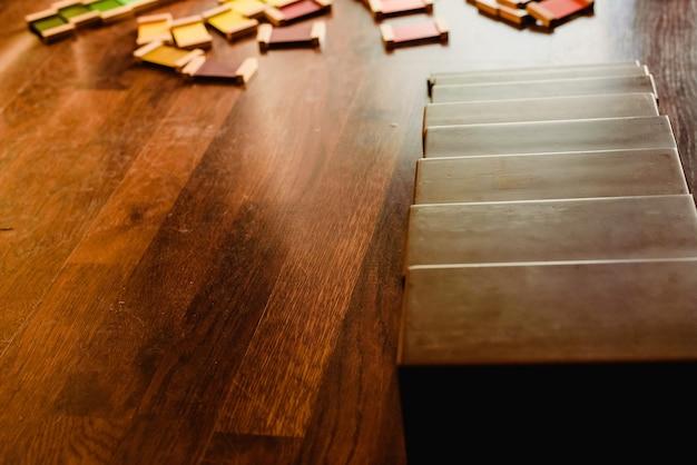 Brown blocks to szkolny materiał do nauki w stylu montessori.