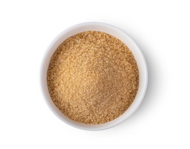 Brown cukier w pucharze na bielu stole.