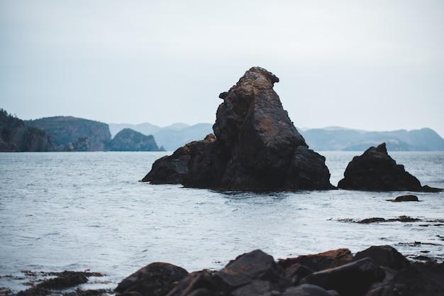 Brown formacja skalna na morzu w ciągu dnia