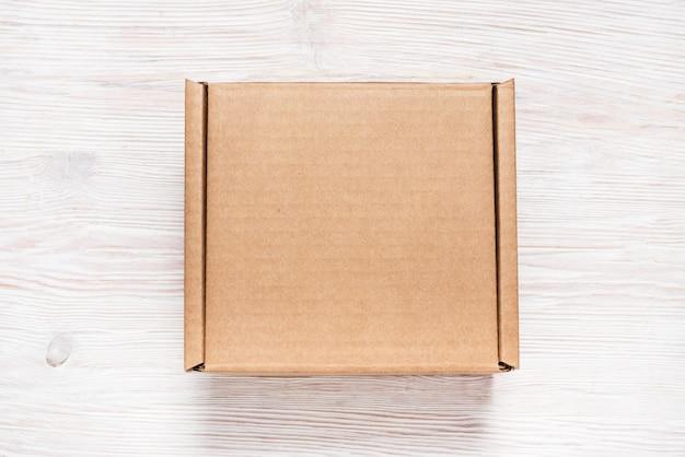 Brown karton, wyśmiewa up, na drewnianym tle