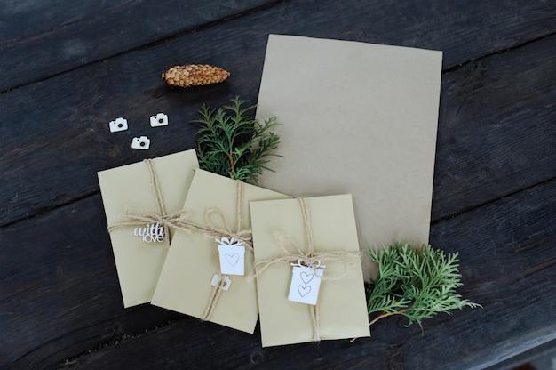 Brown kraft koperty wiązał z starą opaską zaciskająca na starym drewnianym tle z kopii przestrzenią. ręcznie robione opakowanie na prezent.