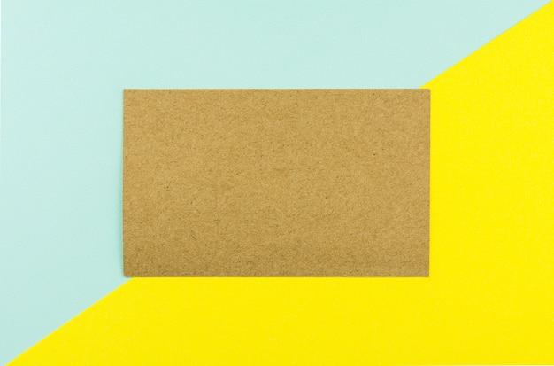 Brown papier na błękitnym i żółtym papierowym tle.