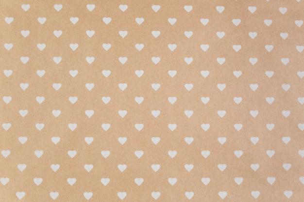Brown papier z białymi sercami