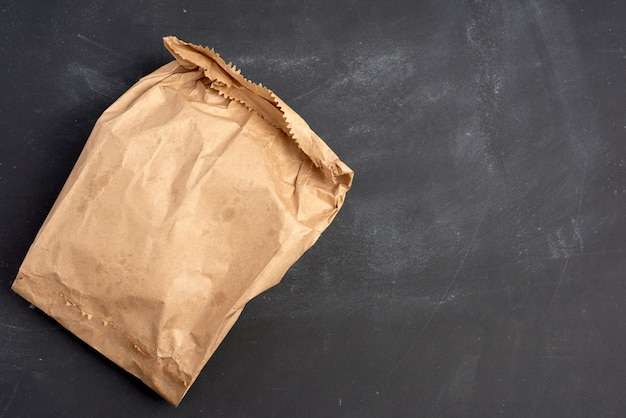 Brown papierowa torba na czarnym tle, odgórny widok