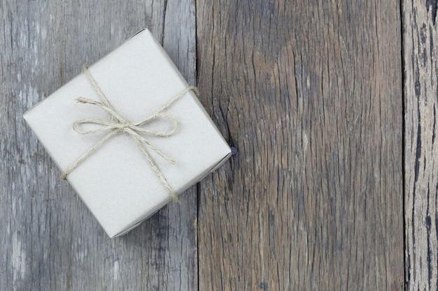 Brown prezenta pudełko na drewnianej podłoga i kopii przestrzeń.
