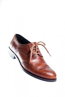 Brown rzemienni buty w perspektywie i odizolowywający na bielu