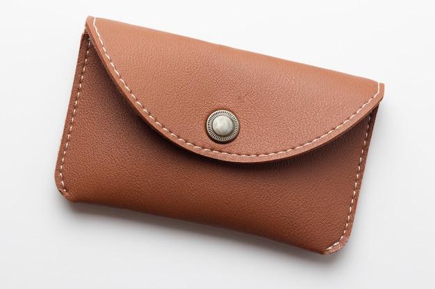 Brown rzemienny portfel odizolowywający na białym tle