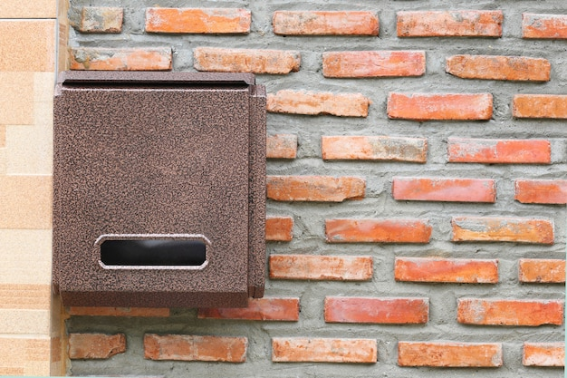 Brown skrzynka pocztowa na ściana z cegieł.