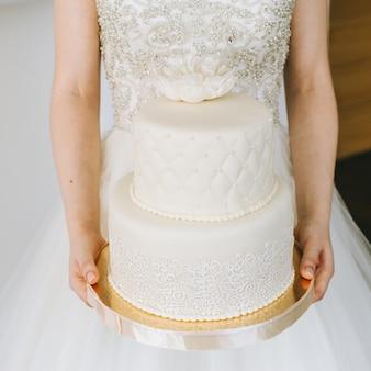 Brown ślubny tort dekorujący z śmietanką i owoc