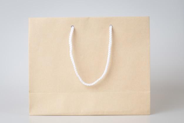 Brown torba na zakupy jedno białe tło i kopia przestrzeń dla zwykłego tekstu lub produktu