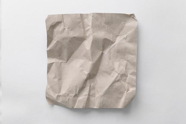 Brown zmiął papier na białym tle