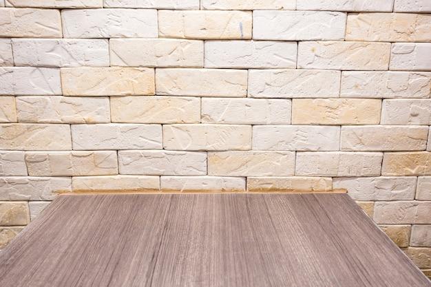 Brown żółta cegła z drewnianym stołowym tłem