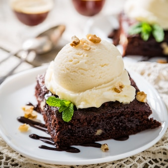 Brownie czekoladowe z lodami waniliowymi, orzechami i miętą