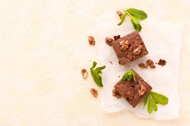 Brownie słodkiej czekolady deser z orzechami i oznaczało liście na białym papierze.