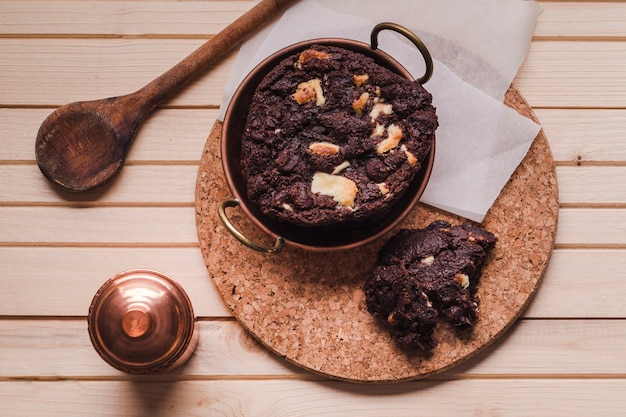 Brownie z ciasteczkami i sprzętem kuchennym