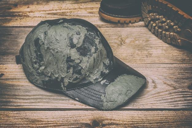 Brudna czarna skórzana czapka