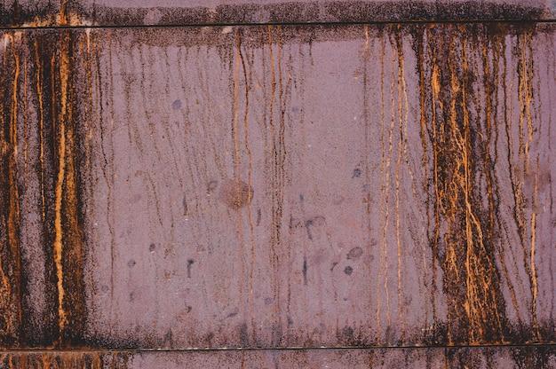 Brudna czerwona stara textured krakingowa betonowa ściana