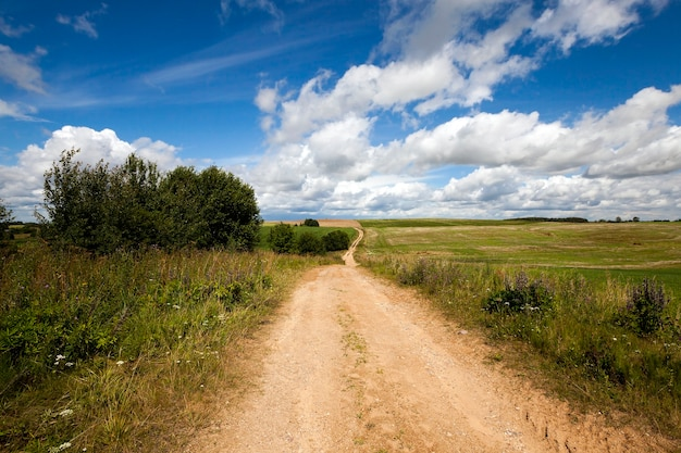 Brudna droga wiejska przechodząca przez pole gospodarstwa