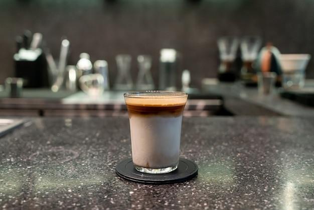 Brudna filiżanka kawy (kawa espresso z mlekiem) w kawiarni