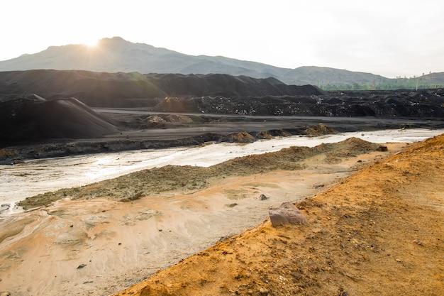 Brudna gleba i zanieczyszczona woda na rozległym terenie o złej sytuacji środowiskowej, co oznacza katastrofę ekologiczną i spustoszenie