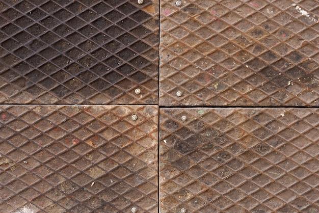 Brudna metalowa żelazna podłoga