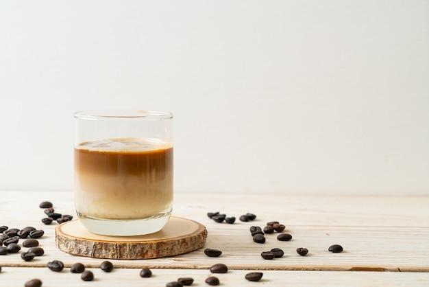 Brudna szklanka do kawy, zimne mleko z dodatkiem gorącej kawy espresso